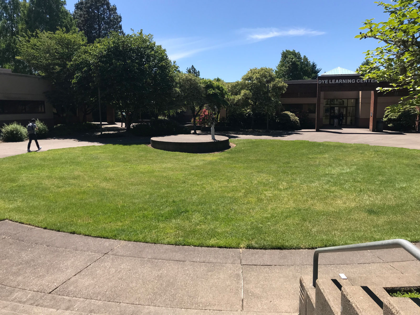 The grassy seating area outside the Dye Learning Center and Gregory Forum at the Oregon City campus
